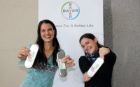 Katja Silbermayr und Ilona Soukup von Bayer Tiergesundheit übergaben die Sezierbestecke an die Studenten
