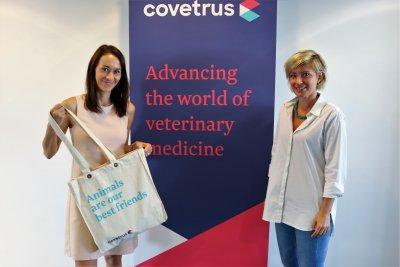 Alexandra Takacs und Michaela Kaltenecker präsentieren den Covetrus Goodie Bag