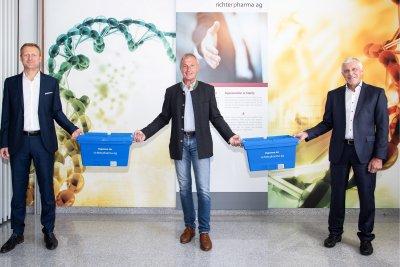 Vorstandsvorsitzender Mag. Roland Huemer, Eigentümer Mag. pharm. Florian Fritsch und Finanzvorstand Friedrich Pöcherstorfer; Bildquelle: Richter Pharma AG/APA-Fotoservice/Greindl