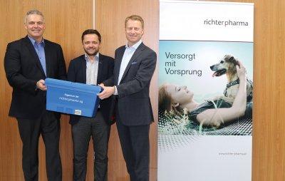 Wolfgang Weyres (Geschäftsführer Zoetis), Mag. Andreas Asamer (SGE Leiter Veterinär), Mag. Roland Huemer (CEO, Richter Pharma AG) ; Bildquelle: Richter Pharma