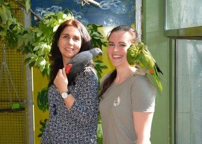Vereinspräsidentin Nadja Ziegler mit Papageienheim-Leiterin Julia Bellmann; Bildquelle: Arbeitsgemeinschaft Papageienschutz