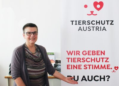 Madeleine Petrovic präsentiert das Logo von Tierschutz Austria; Bildquelle: Tierschutz Austria