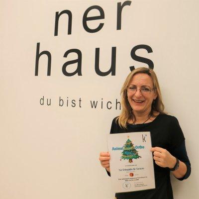 Eva Wistrela-Lacek, Tierärztliche Leiterin der neunerhaus Tierärztlichen Versorgungsstelle, freut sich über eine Spende der 'Kplusanimal � Tier Orthopädie' über 600 Euro