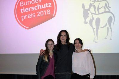 Preisträgerin Bianca Heisinger mit Maggie Entenfellner und Katzenexpertin Petra Ott