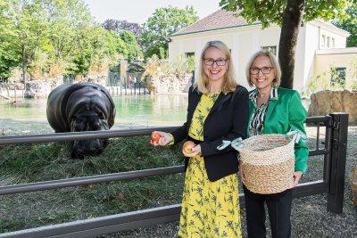 Bundesministerin Margarete Schramböck und Tiergartendirektorin Dagmar Schratter; Bildquelle: Daniel Zupanc