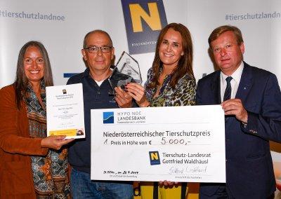 Dr. Ingo Mai (2. v l.)aus Gföhl wurde im Zuge des 1. NÖ Tierschutzpreises durch Landesrat Gottfried Waldhäusl der mit 5.000 Euro dotierte erste Preis überreicht.; Bildquelle: NLK Reinberger