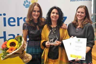 Tierexpertin Maggie Entenfellner mit Nadja Ziegler und Julia Bellmann von der ARGE Papageienschutz; Bildquelle: Julia Bellmann