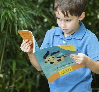 Kind mit Lehrmaterial von 'Tierschutz macht Schule'; Bildquelle: VIER PFOTEN