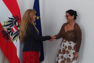 Sabine Eigelsreiter-Scharl mit Bundesministerin Brigitte Zarfl