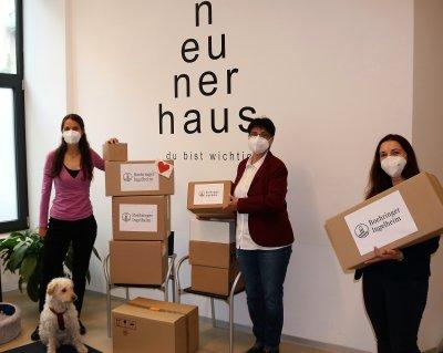 Katja Silbermayr (links) und Ina Binder (rechts) übergaben am 17. Mai 2021 die Spende in der 'Tierärztliche Versorgungsstelle neunerhaus'; Bildquelle: Thomas Zimmel/VET-MAGAZIN