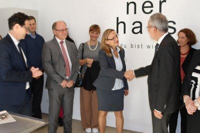 Dr. Wistrela-Lacek, tierärztliche Leiterin der 'neunerhaus Tierärztlichen Versorgungsstelle' begrüßt den Bundespräsidenten Van der Bellen