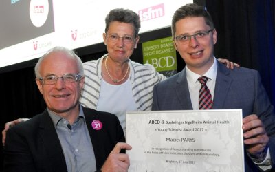 Maciej Parys (at right), recipient of the 2017 ABCD Young Scientist Award flanked by ABCD chair Karin Moestl (centre) and Jean-Christoph Thibault (Boehringer Ingelheim), who presented the award; Bildquelle: iCatCare